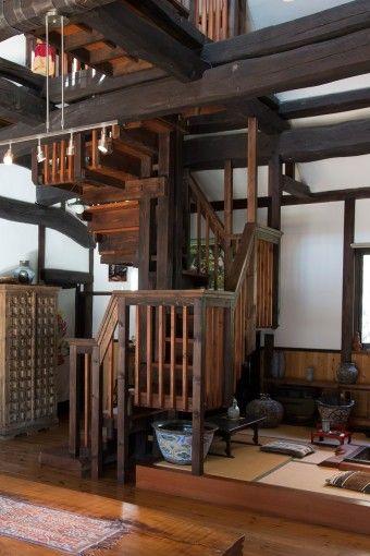 Minka staircase. Rural Japan. Post and beam. 陶芸家の矢津田義則さんの益子のお宅