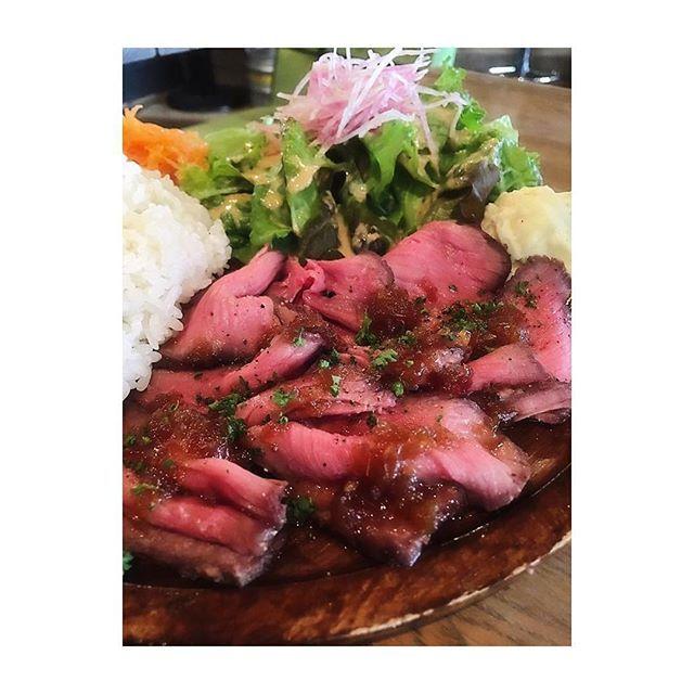 ローストビーフ丼😋 千円ドリンク付でとってもお得✨  #&roll #ローストビーフ丼 #roastbeef #japan #美味しい #肉  #beef  #meat  #yummy  #foodstagram  #wheretoeat  #Japan  #Japanesefood  #RestaurantHuntJapan  #restauranthunt  #下北沢 #グルメ部  #食べログ #mogmog2017  #デリシャスハンター  #delicioushunter #肉部 #tokyo #cafe #カフェ部