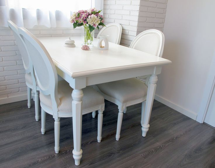 Nidito: mesa Arrate Blanco Italiano & sillas Adur estilo Luis XV tapizadas en lino.