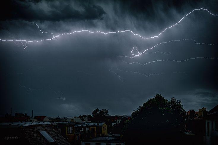 https://flic.kr/p/UMyfPd | Es kracht und blitzt | Unwetter am 22. Juni in LE - und ich vom Balkon aus mittendrin :-)
