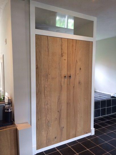 Kast omlijsting in wit gelakt en deuren van hoogwaardig eiken fineer. Ontworpen en vervaardigd door www.meubelenmaatwerk.nl / www.steigerhoutenzo.nl