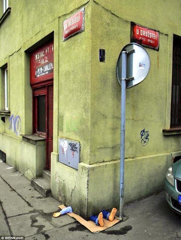 خدعة الرجل المسحوق تحت المبنى لخداع المارة في العاصمة التشيكية براغ