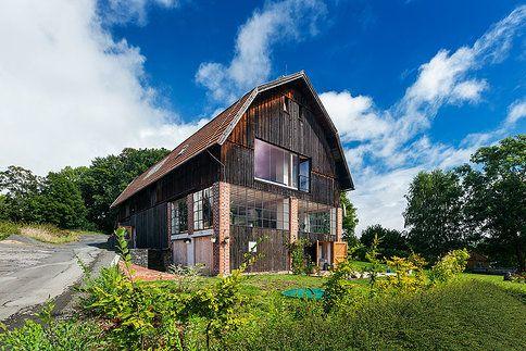 Ze staré stodoly je nyní neuvěřitelné bydlení rozdělené na obytnou a otevřenou část