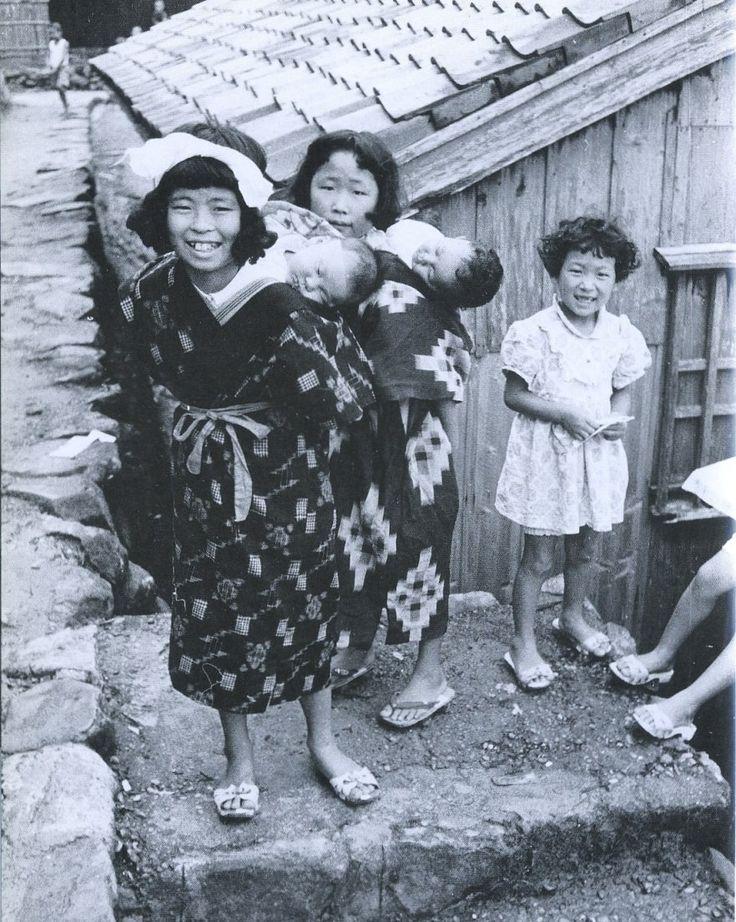 1958年(昭和33年)Japanese girls carrying sleeping babies.