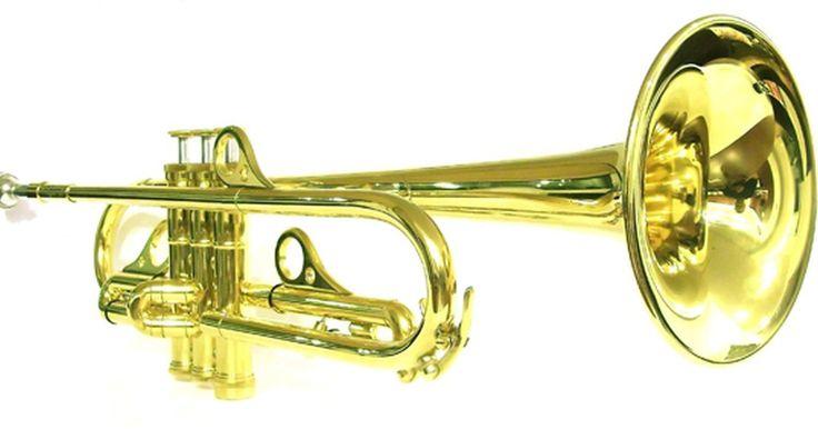 Como se preparar para a primeira aula de trompete. Se você quer aprender a tocar trompete como uma forma de expressão e enriquecimento pessoal ou mesmo se o seu filho vai entrar para a banda da escola, é essencial ter uma boa noção dos fundamentos do instrumento desde o começo. Por causa do empenho físico necessário para tocar trompete, os maus hábitos adquiridos no início do aprendizado são ...