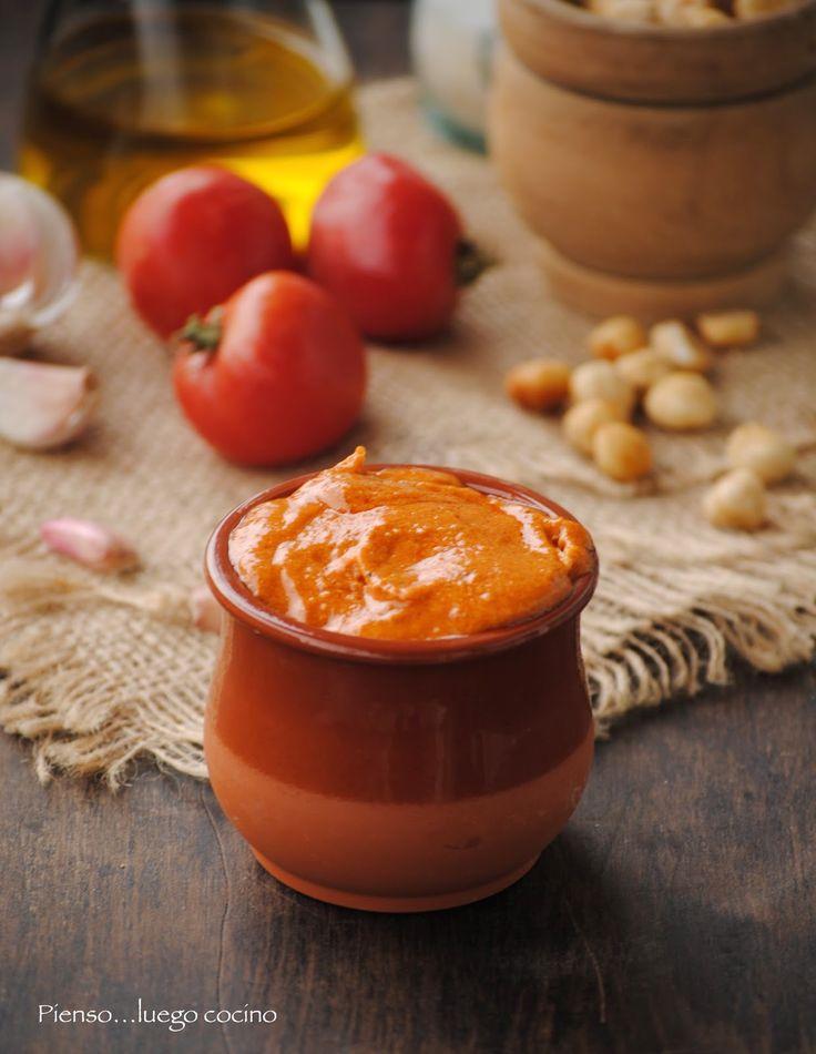 Prelibata #salsa con mandorle e nocciole: 180 grammi di olio extravergine di oliva   50 g di mandorle tostate   50 g di nocciole tostate   2 peperoni o peperoni rossi   1 fetta di pane fritto   1 pezzo di peperoncino   2 o 3 spicchi d'aglio arrostito   150 g di pomodori arrostiti, pelati, privati dei semi e (4 o 5 pomodori)   20 g di aceto   un pizzico di pepe   sale. Da provare con la #carne #equina