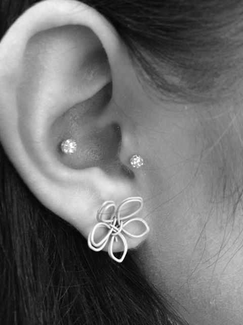 Pretty wire flower earring