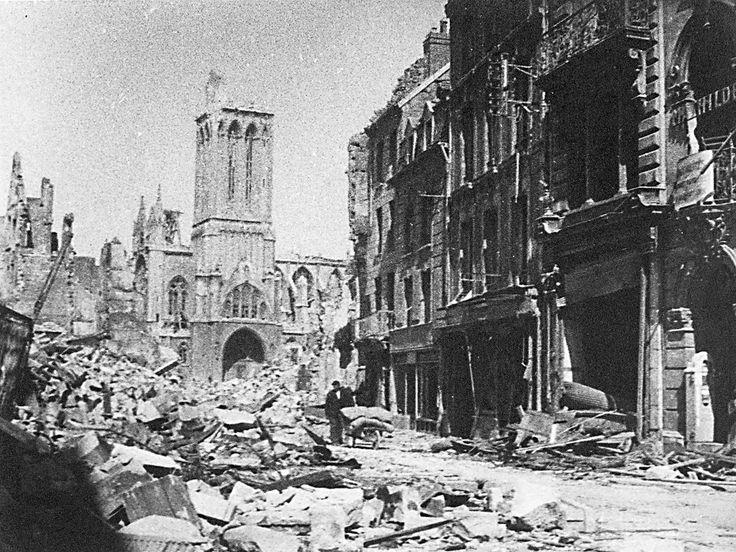 Vue de la rue Saint-Pierre à Caen, complètement dévastée après les bombardements aériens des 6 juin et 7 juillet 1944. © Archives municipales de Caen