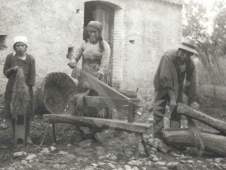 Italy. Gramolatura e pettinatura del lino, Crecchio (CH) 1925, (Foto P. Scheuermeier, Univ. di Berna/Archivio MGA)