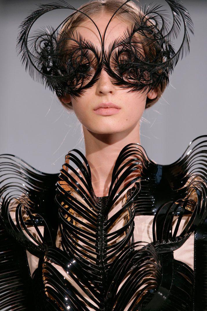 iris van herpin   Capriole by Iris Van Herpen  I love the feather manipulation. Beautiful.