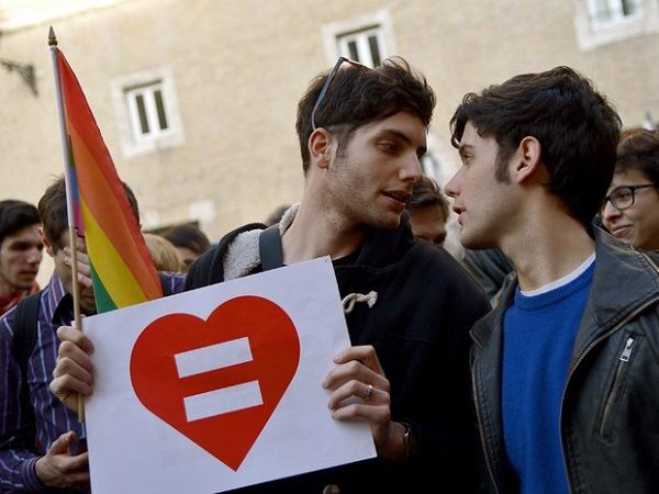 O vice-ministro de Desenvolvimento Econômico da Itália, Ivan Scalfarotto, irá se casar no próximo sábado (20) com seu companheiro, Federico Lazzarovich, em uma cerimônia em Milão. Com isso, ele se tornará o primeiro membro do governo a oficiliar uma união civil homossexual. O casamento será...