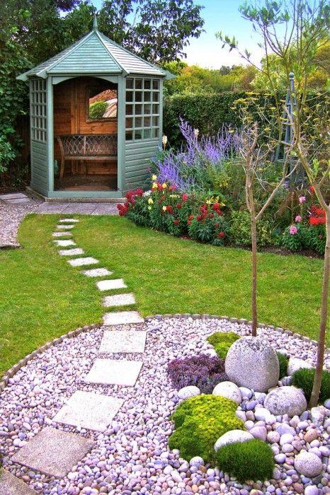 Небольшая каменная дорожка в саду, ведущие к беседке.