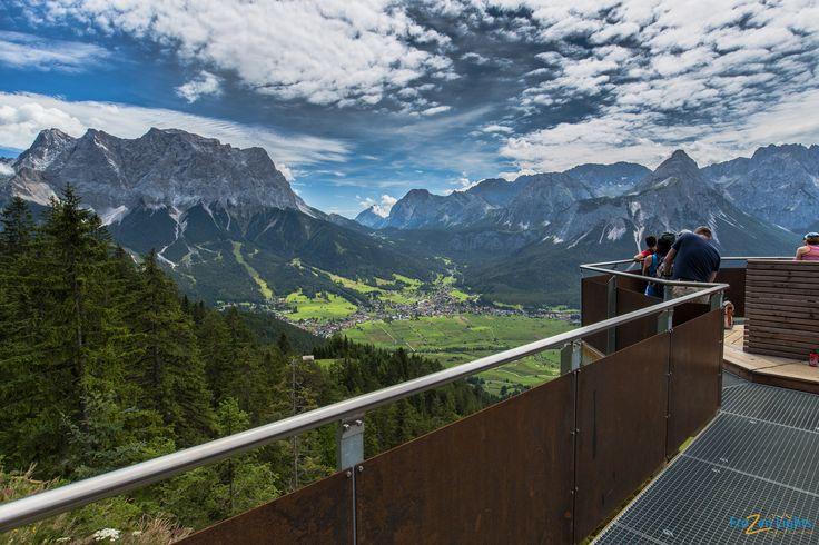 Von der Aussichtsplattform Tuftl Alm hat man auf 1.486m einen wunderbaren Ausblick auf Teile von Lermoos, das Lermooser Moos, Biberwier und Ehrwald. Durch das Gebirge im Hintergrund hat man einen schönen Panoramablick. Was sieht man von eurem Lieblingsplatz aus ? :)  ©Tiroler Zugspitz Arena/Frozen Lights  #xchallenge #xchallengebackstage #xchallengegoestirol #discoverthemountains #xcotdgipfelblicktirolerzugspitzarena