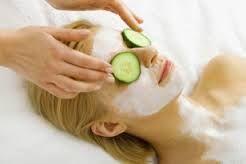 zelfgemaakte gezichtsmaskers,Droge huid  Voor de droge huid kies je als basis olie of honing, per masker ongeveer een eetlepel. Voorbeelden van geschikte oliën zijn olijfolie, amandelolie, arganolie en jojoba olie. Vervolgens voeg je er andere ingrediënten aan toe die een droge huid kunnen verhelpen, bijvoorbeeld gepureerde avocado, geklopte eidooier of een theelepel poedermelk...