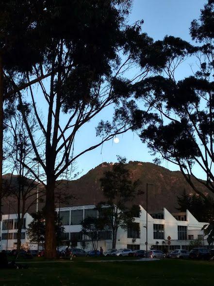 Una tarde en la Universidad Nacional de Colombia, vista hacia los cerros orientales