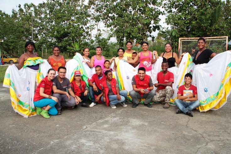 El grupo de mujeres de danza con el equipo nacional y departamental.