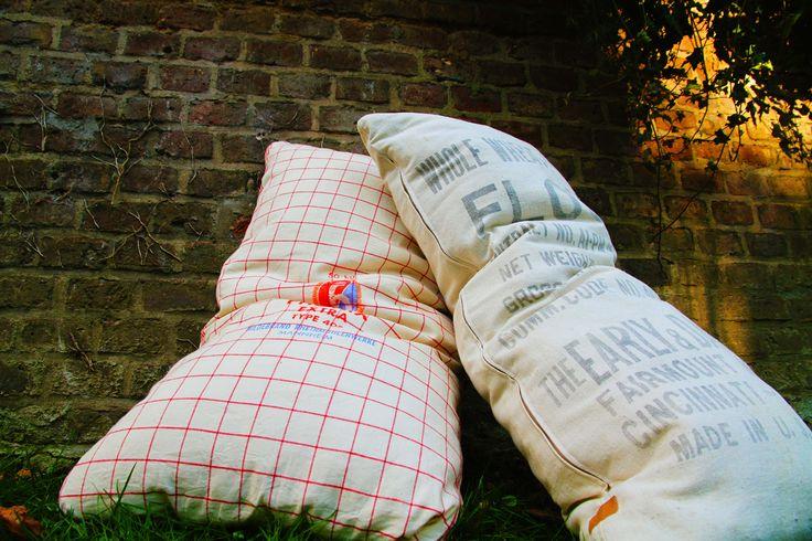 Individuell gefertigte Bodenkissen für den Außenbereich von ADAM PILLOWS. Hier zusehen: ausgediente Mehlsäcke