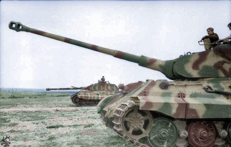 """Dos Panzer VI """"Tigre II"""" (Rey Tigre) con la torreta de Porsche en terreno plano ;. PK KBZ Comando Occidental Francia Junio 1944"""