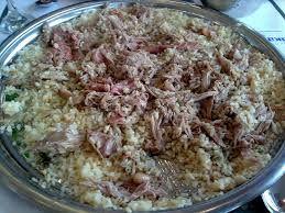 Türk yemekleri Kaburga dolması eti pilavının üzerinde parçalanmış halınde