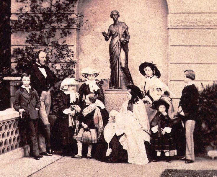 Victoria und Albert: Das königliche Traumpaar des 19. Jahrhunderts. Nach Königin Victoria (regierte 1837 - 1901) wurde ein ganzes Zeitalter benannt, und gemeinsam schuf das Paar nicht nur eine europäische Dynastie, sondern prägte auch PR-wirksam das Bild einer harmonischen und richtig menschlichen königlichen Familie.