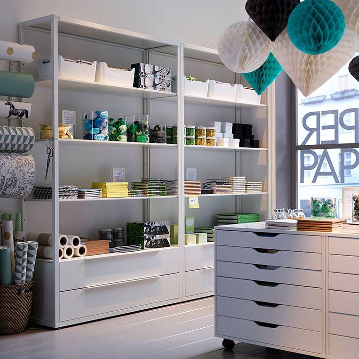 Ein Papiergeschäft mit FJÄLKINGE Regalen mit Schubladen in Weiß und ALEX Schubladenelementen mit Rollen in Weiß