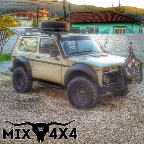 """Lada Niva """"Russo"""" como é chamado, do @rodrigoo.digo de Florianópolis - SC.  ------------------------------------------  #Mix4x4 #Trucks #Pickup #4x2 #4x4 #Flex #Diesel #Offroad #Brasil #Bruto #Rustico #Sistematico #Sertanejo #Pecuaria #CountryLife #Campo #LadaNiva ------------------------------------------  Siga os nossos parceiros.  @mafiadatora  @606jetski  @bf_ac  @brtrc  @guiaoffroad  @renegade_jeep"""