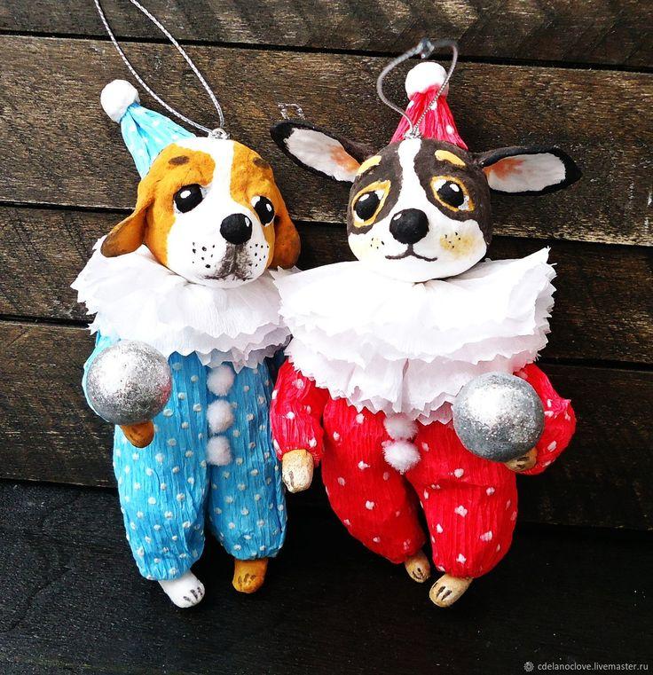 Купить или заказать Собачка в комбинезоне - ватная игрушка в интернет магазине на Ярмарке Мастеров. С доставкой по России и СНГ. Материалы: проволочный каркас, вата, креповая…. Размер: 13,5 см без головных уборов
