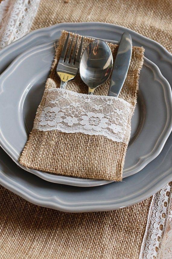 Une idée originale pour présenter les couverts sur votre table avec cette pochette en toile de jute et dentelle