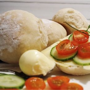 Vad säger ni, gillar ni nybakat bröd? Gillar ni källarfranskor? Då har ni hittat rätt för de här är fantastiskt goda och så enkla att göra dessutom. Släng ihop en sats nu vettja så har du snart fina franskor att sätta tänderna i. Till ca 17 stycken behövs: 40g jäst 5 dl fingervarmt vatten 2 ... [Read more...]
