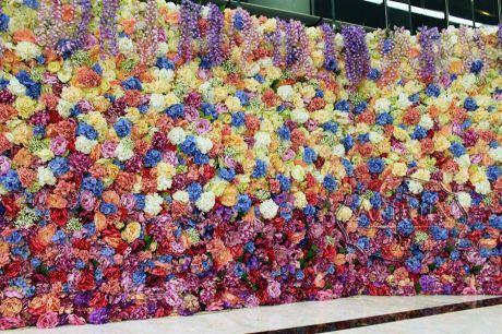 Фотозона в оформлении свадьбы цветами