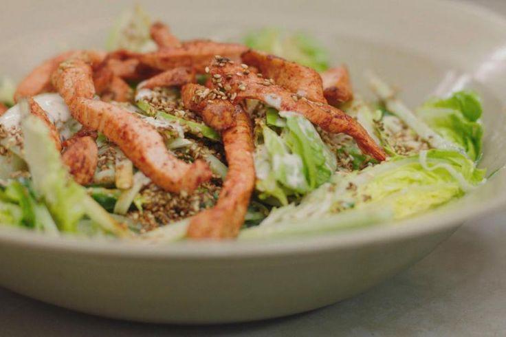 Wie houdt van een smakelijke salade heeft op tijd en stond een beetje inspiratie nodig. Zo serveer je al het gezond groen keer op keer op en andere wijze, met nieuwe smaken die het lunchen of dineren boeiend houden. Ik serveer de salade van kropslaharten, komkommer en appel met een frisse yoghurtvinaigrette en gebakken reepjes kipfilet. De vuurrode kleur hebben ze te danken aan de lekkere Indische specerijenmix 'tandoori'.