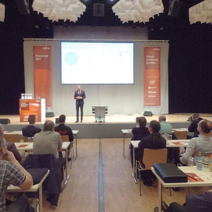 Ihr schafft es heute nicht beim Partnertag von Fujitsu Central Europe in der Stadthalle Chemnitz dabei zu sein? Mit dem 360 Grad-Foto könnt ihr euch trotzdem im Plenum umsehen. Besser ist nur dabei zu sein!