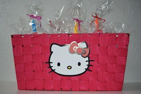 Unieke traktatietaarten en -manden zijn te vinden op feestboxen.nl! Trakteren was nog nooit zo'n feest! Neem nou deze super leuke Hello Kitty mand met gevulde traktatie bekertjes! Traktatie, trakteren, verjaardag, snoep, mand, Hello Kitty, kat, blokfluit, bekertjes, roze