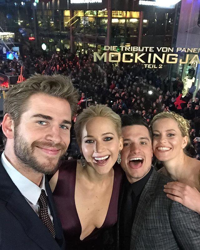 Pin for Later: Les Meilleures Photos de la Promo de Hunger Games — La Révolte: Partie 2  Liam Hemsworth, qui joue Gale, a profité du moment avec ses co-stars à Berlin.