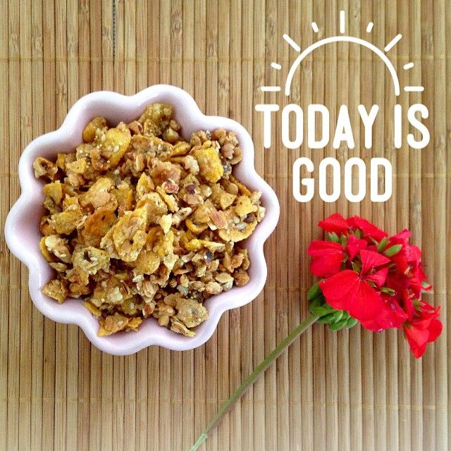 Granola casera servida en copetinero ondulado. Today is good