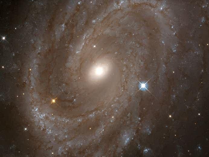 Galaxia NGC 4603. Se encuentra a 108 millones de años luz, en el cúmulo de galaxias de Centaurus, uno de los más masivos. Es la galaxia más lejana en la que se han podido estudiar las variaciones periódicas de brillo de estrellas cefeidas
