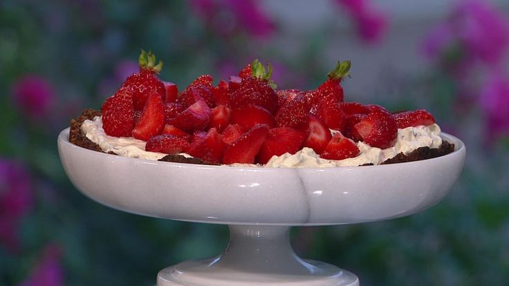 Jordbærtærte med mascarponecreme er en lækker opskrift af Ditte Ingemann fra Go' morgen Danmark, se flere dessert og kage på mad.tv2.dk