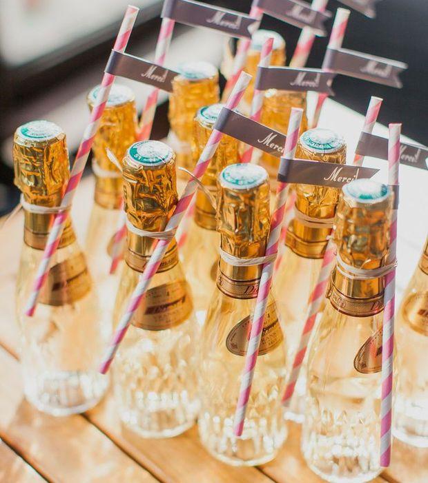 Les mini bouteilles de champagne sont une bonne alternative aux dragées de mariage