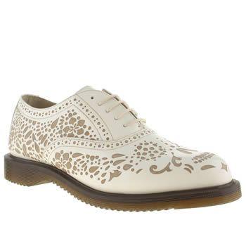 #shoes : Il nuovo look delle scarpe scozzesi, chiamate anche 'brogues', prevede tagli strategici che lasciano intravedere il piede.http://www.sfilate.it/226822/scarpe-maschili-tocco-sexy-arrivano-cut-out-brogues
