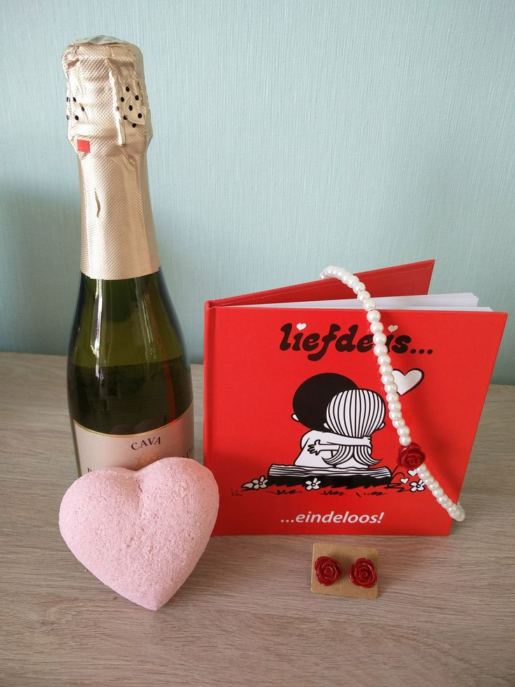 Liefde is...  Een origineel geschenk om aan je geliefde te geven.  Met het liefde is boekje en een indrukwekkend setje juwelen zal je haar zeker kunnen betoveren, Voeg hierbij nog een flesje cava en een handgemaakte bruisbal met rozengeur en de avond kan zeker niet meer stuk!