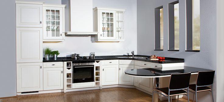 Landelijke keuken wit met antraciet, let op het effect van de blauwgrijze muren.
