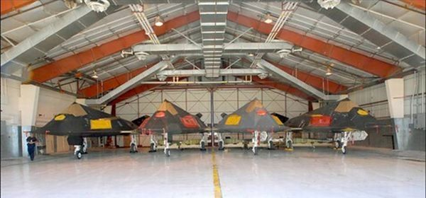 Otra razón por la cual el Departamento de Defensa podría haber optado por seguir volando F-117, aunque sólo en una escala muy limitada, sería mantener un pequeño grupo de pilotos y equipo de apoyo, ya sea contratado o militar, familiarizado con la aeronave para que pudieran reconstituir más fácilmente el programa si es necesario