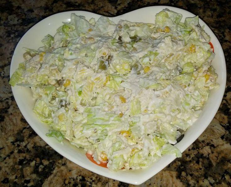 Tavuk, göbek marul, mısır, salatalık turşusu, cips, yoğurt, mayonez ile yapılır.