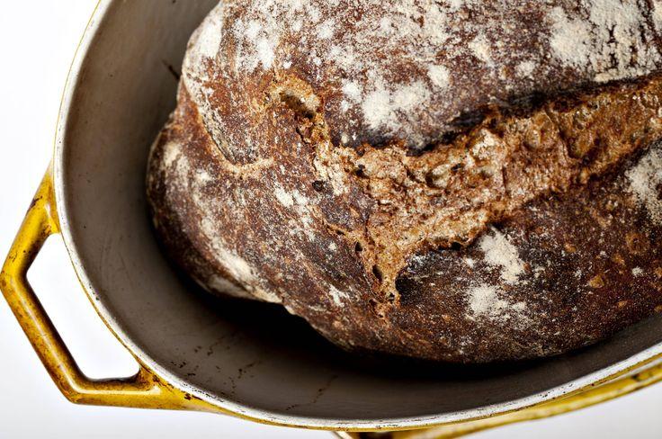 Grovbrød. Brødet på billederne blev bagt med hvedemel fra De 5 Gaarde, hvor nogle af skaldelene er malet med – derfor er det mørkere end almindeligt hvedebrød. - Foto: Rune Pedersen