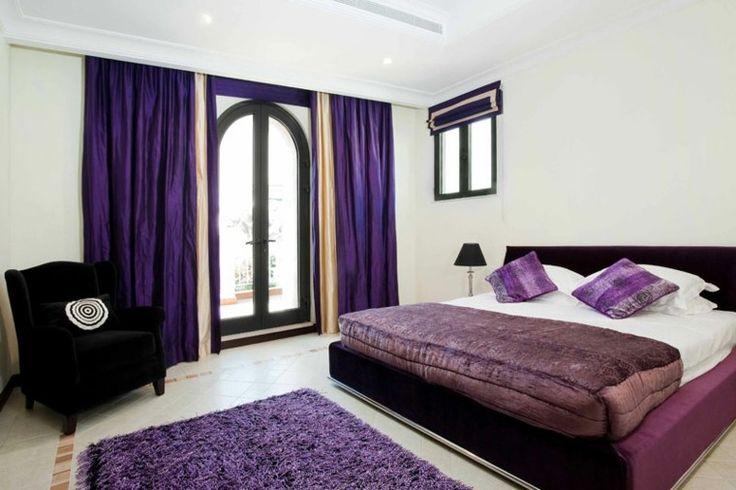 cortinas moradas en el dormitorio