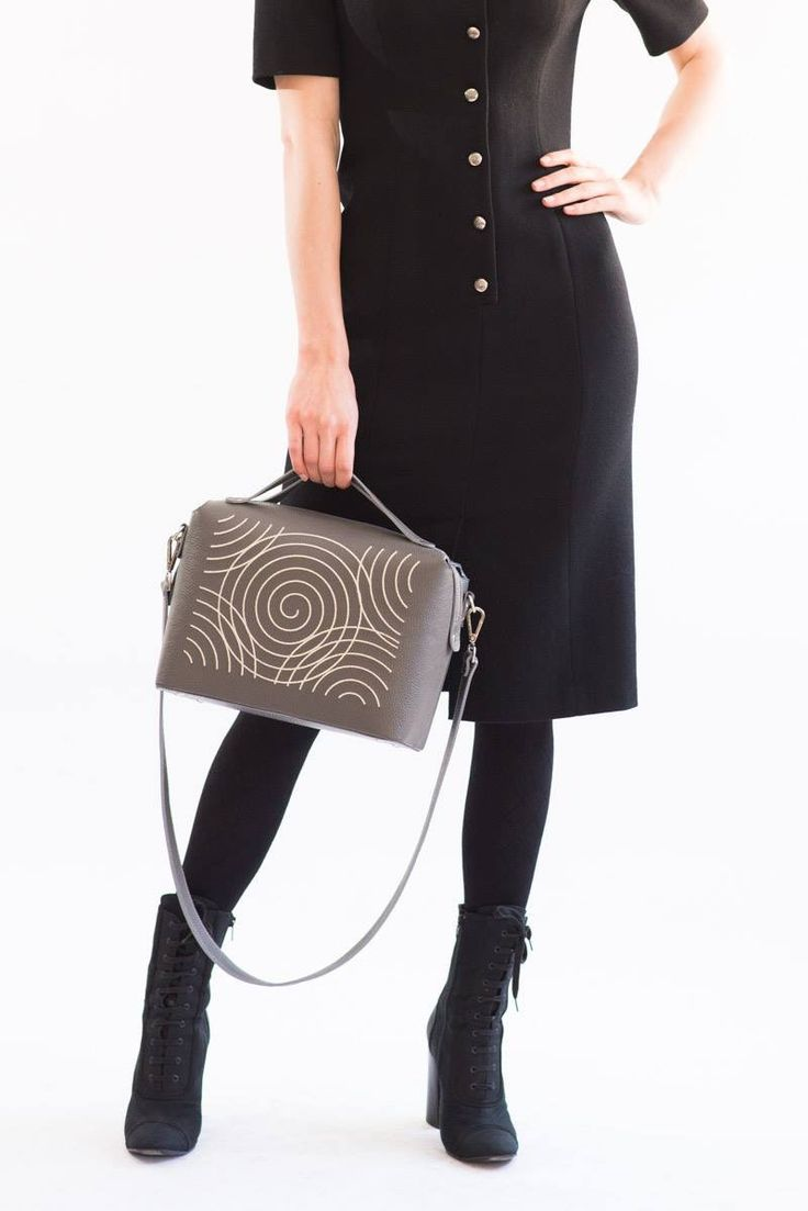 Versatile grey leather bag mixed with all black outfit #NEO #iuttabags