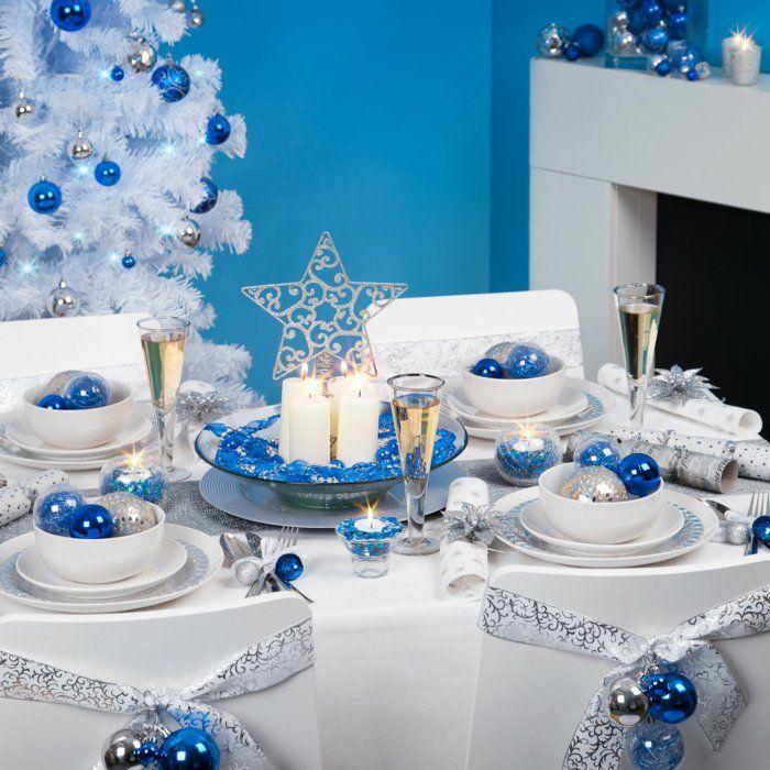 weihnachtliche Tischdekoration in Schneeweiß und Blau