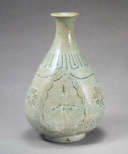 (Korea) Buncheong Ware Porcelain Bottle. ca 15th century CE. Joseon Kingdom, Korea. 분청 상감운학문편병(粉靑象嵌雲鶴文扁甁)