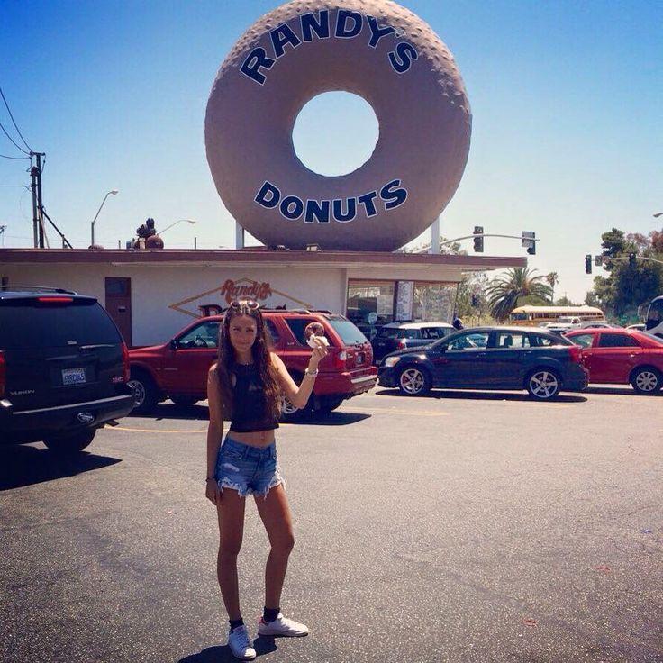 Feeling like Homer #California #losangeles #randysdonuts #bestdonutever #ontheroad #usa #travel #breaktime #notsohealthy #super