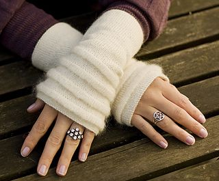 Beautiful wrist warmers with pin tucks. This pattern is for free available in both Norwegian and English.